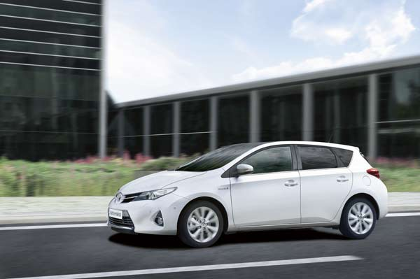When operating its switchable all-electric EV mode, Auris Hybrid generates zero CO2,